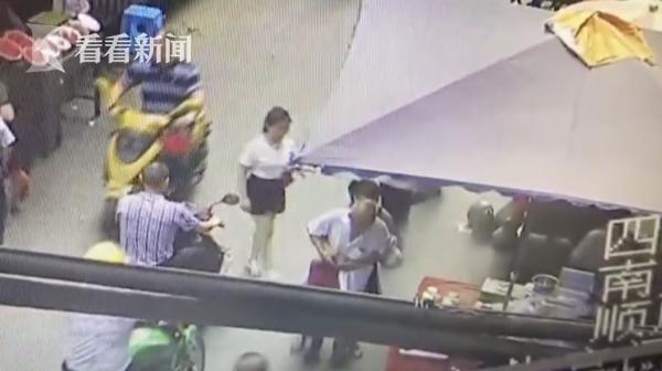 吸毒女抢劫老人遭反抗 衣服被撕仅剩内衣逃跑