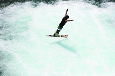 冬季滑雪运动员夏天如何训练?塑料雪道+水池跳水
