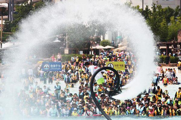 韩国民众水上乐园纳凉 围观惊险水上飞板