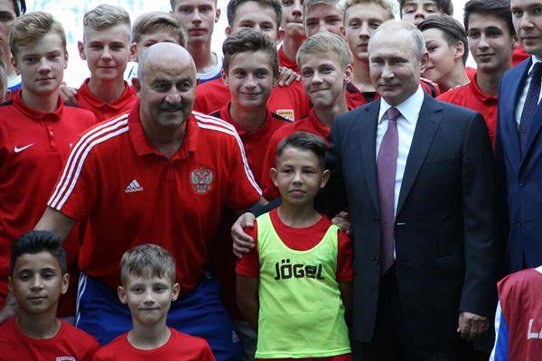 普京走访加里宁格勒会见国家队主教练 与球员合影
