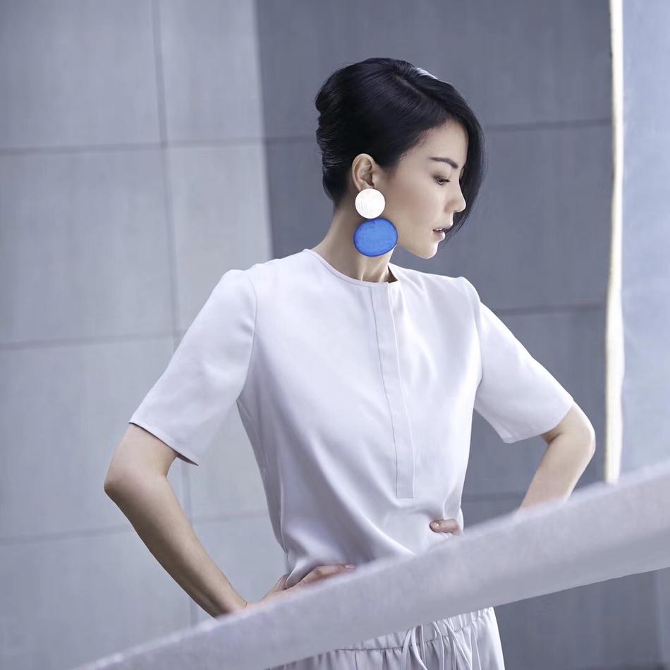 王菲节目海报曝光 一席白裙身材修长成逆光女神