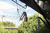 俄女孩铁路桥上自拍失足跌落高压电线奇迹存活