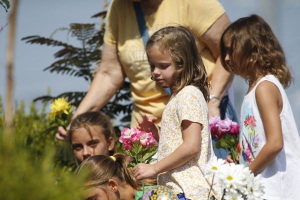 密苏里州游船倾覆事故已致17人死亡 民众献花悼念遇难者
