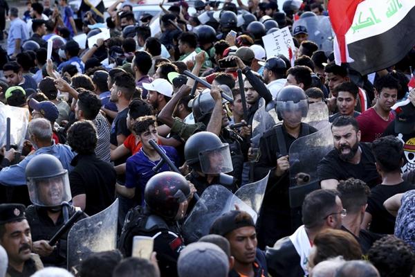 伊拉克多地再起骚乱 数千民众街头示威与警方陷混战