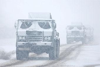 青藏高原7月突降大雪 部队抓紧恶劣天气训练