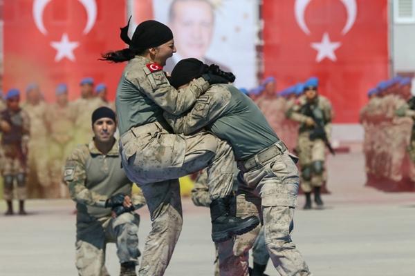 土耳其军校举行宣誓仪式 女突击队员格斗炫技勇猛霸气