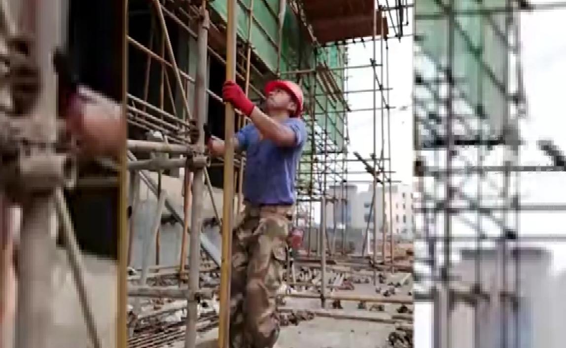"""致敬""""最美劳动者"""":架子工各个身怀绝技,可单手接住6米钢管"""