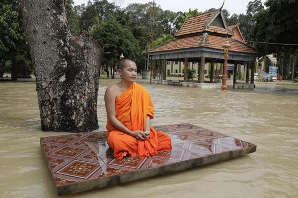 真佛系!柬埔寨暴雨致1786座房屋被淹 僧人洪水中淡定打坐