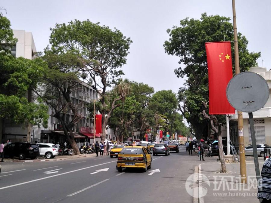 塞内加尔首都达喀尔总统府附近街道两边挂满中国国旗