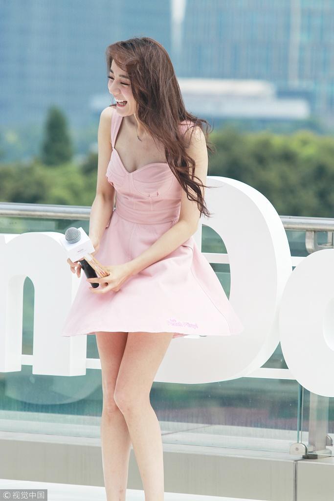 迪丽热巴穿超短裸粉裙晒雪白大长腿