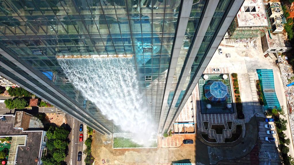 人造瀑布从百米高楼流下 电费一小时花800元