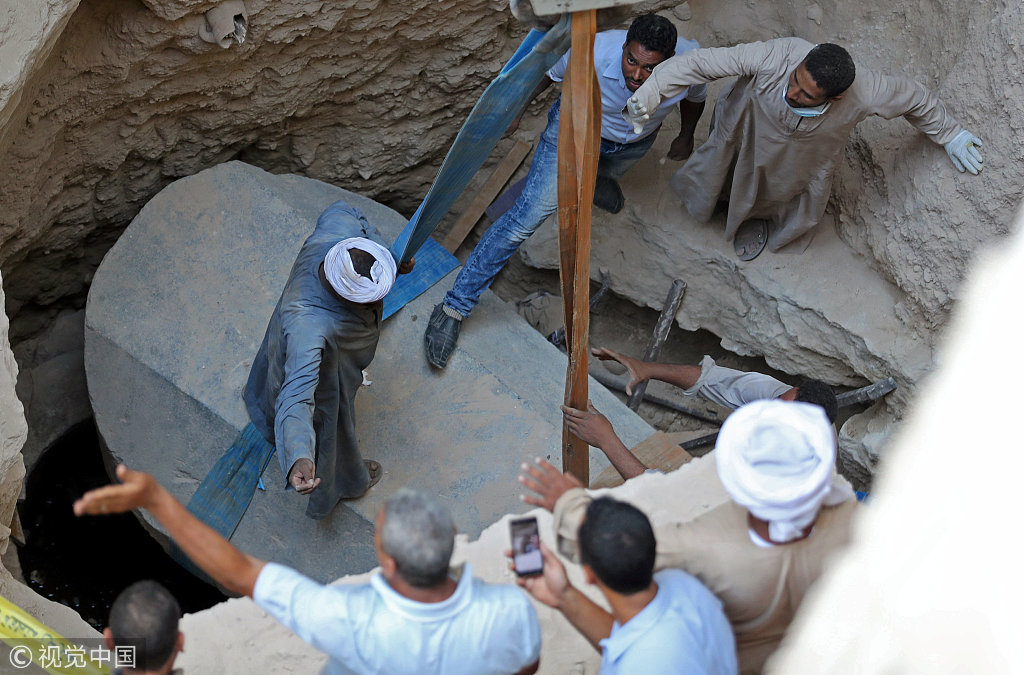 埃及考古人员开启新发现巨型石棺 共发现三具木乃伊