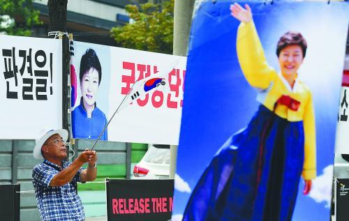20日,韩国前总统朴槿惠的支持者在首尔中央地方法院外抗议,要求释放朴槿惠。