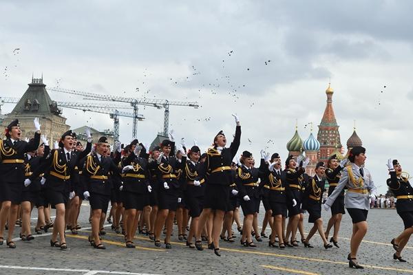 俄内务部莫斯科大学在红场举行毕业典礼 女学员英姿飒爽