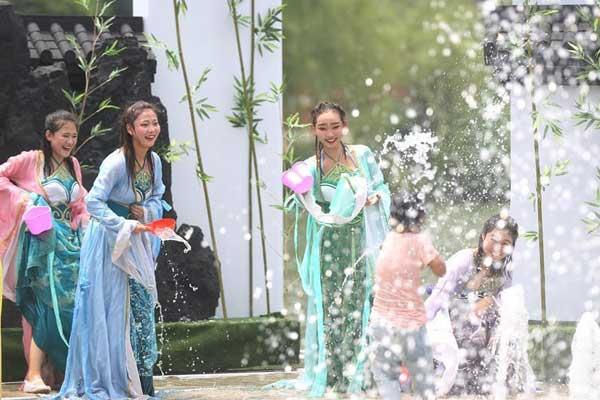 """江苏常州:""""三伏天""""泼水狂欢"""