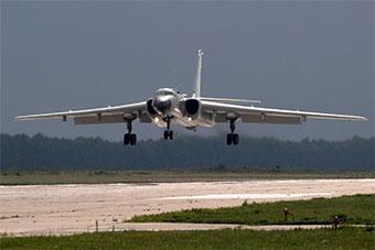 参加航空飞镖赛中轰6K轰炸机已经到达俄罗斯