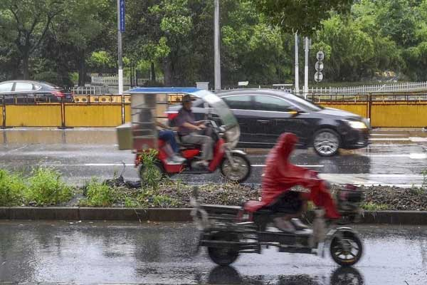 """台风""""安比""""登陆在即 风雨袭上海"""
