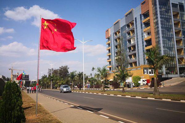 卢旺达街道插上中国国旗 迎接习近平主席到访