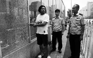 两北京男子为求刺激 半夜打碎20多扇地铁玻璃被拘