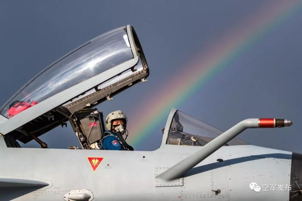 我空军五型战机和空降分队抵达俄罗斯参加国际军事比赛