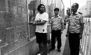 两男子为求刺激半夜打碎北京20多扇地铁玻璃