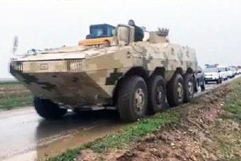 大八轮步战发威:兵工厂冲出装甲车抗洪救灾