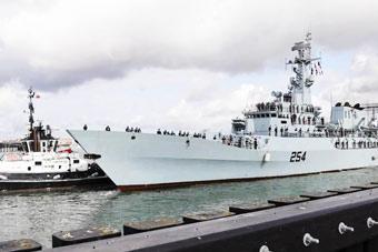 买家秀!巴铁驾驶中国造军舰开进英国最大军港