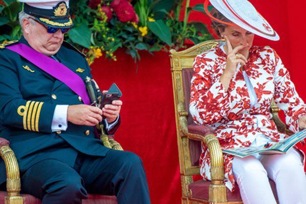 比利时王室观看国庆日阅兵式 睡意袭来哈欠连连