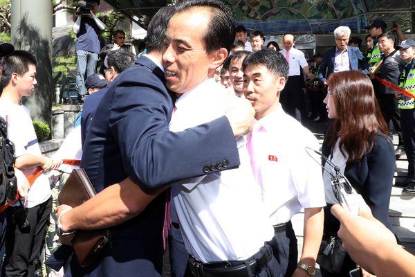 朝鲜乒乓球代表团启程回国 与韩方运动员拥抱告别
