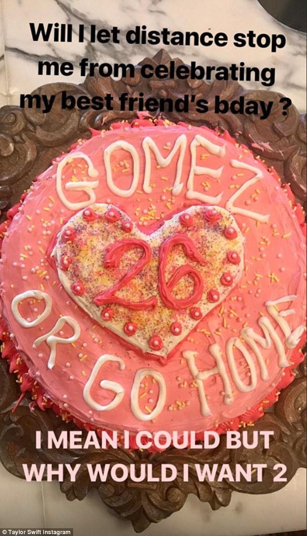 泰勒•斯威夫特为好友赛琳娜生日亲自做蛋糕