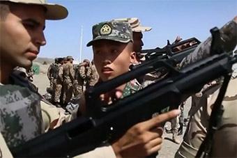 外军感受中国95步枪 白俄军官感谢中国先进装备