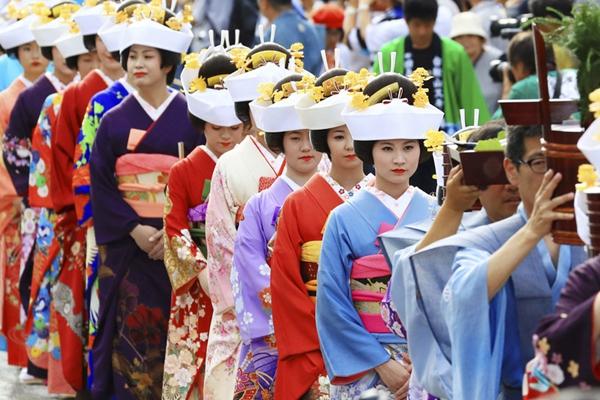 日本福岛举办传统活动 女子扮新娘祭祀祈求丰收健康
