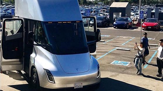 特斯拉电动卡车原型车亮相 视觉冲击感十足