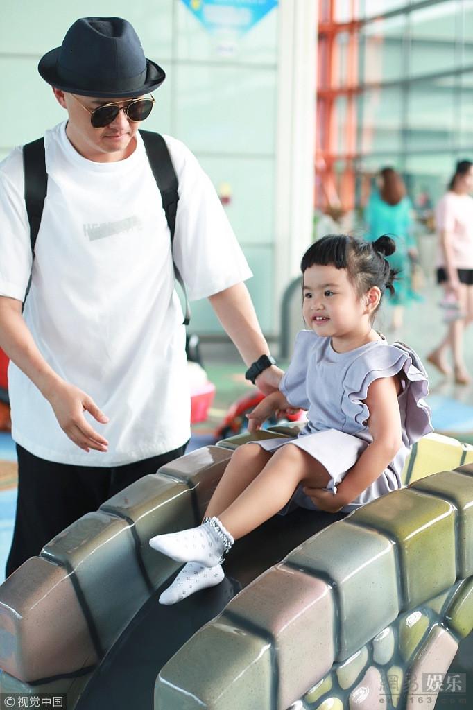 女儿奴!包贝尔抱女儿玩滑梯
