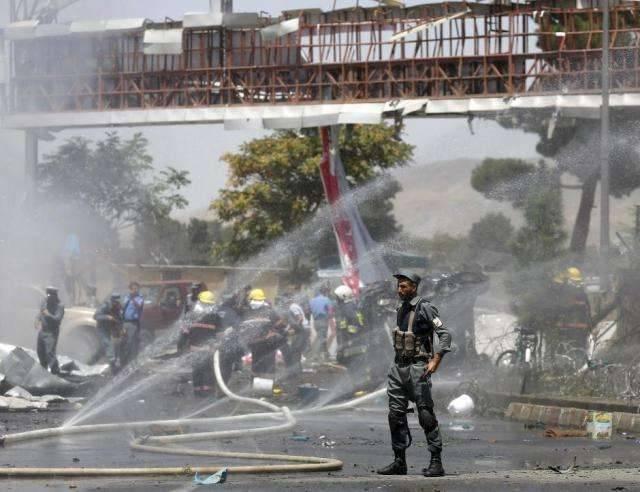 阿富汗机场爆炸 造成74人死伤