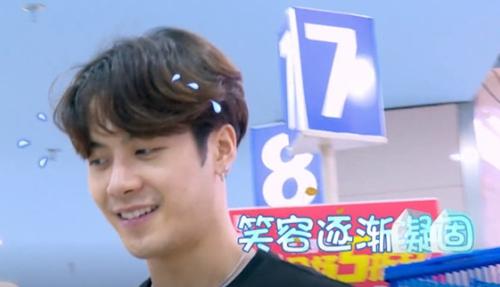 王嘉尔生病仍坚持录节目, 网友:最拼命的爱豆