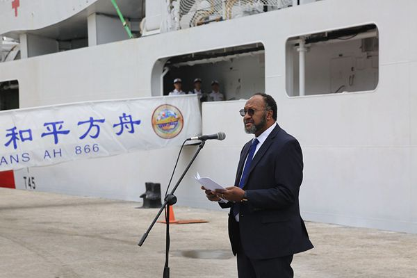 瓦努阿图总理码头迎接中国海军和平方舟再次到访
