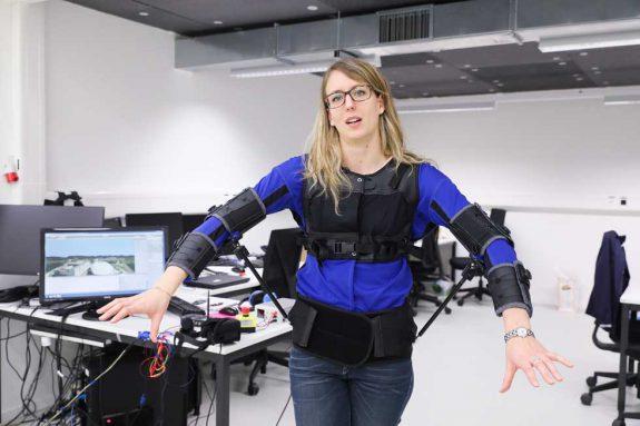 研究人员设计用人体控制无人机的方法