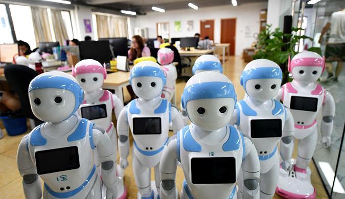 """5岁儿童等身""""萌娃""""机器人亮相 陪孩子们""""趣""""过暑假"""