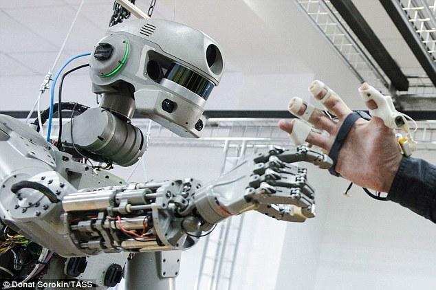 受枪械训练的俄机器人宇航员明年进入国际空间站
