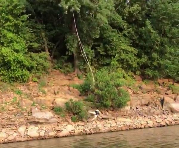 美女子欲借绳子荡过悬崖结果不幸受伤