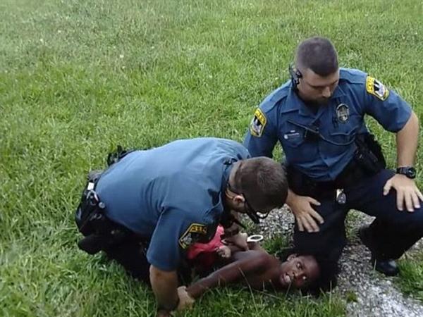 美黑人男孩妨碍执法被白人警察按倒在地引轩然大波