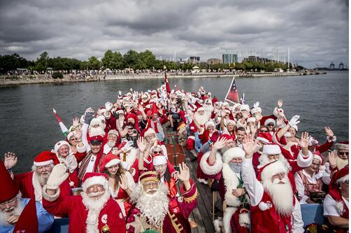 不惧热浪!第61届世界圣诞老人大会在丹麦登场