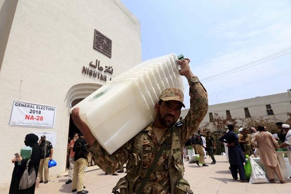 巴基斯坦大选在即 士兵荷枪护送大选物品