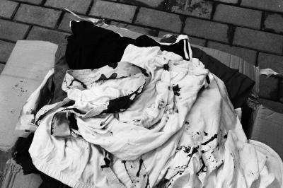 毕业生寄2万元衣物到家成脏布 快递:未保价赔1千