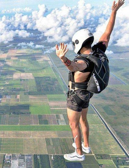 欺骗眼睛的照片 这个人竟能站在高空中?