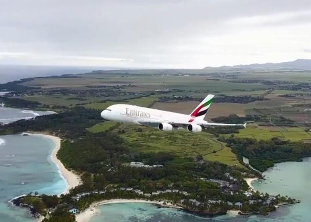 无人机近距离拍下客机起飞惹争议