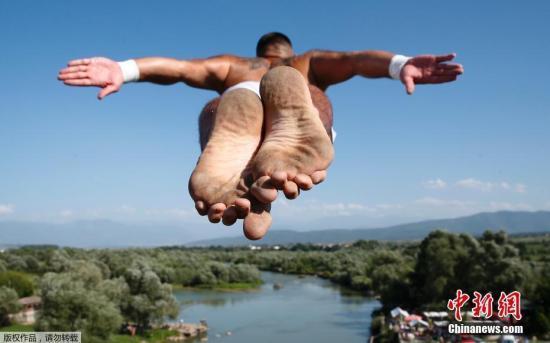 这种刺激寻不得!西班牙频发年轻人阳台跳水致死事件