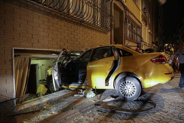 土耳其出租车开进居民家中 致2人受伤