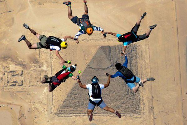 跳伞爱好者埃及上空飞驰而下 上帝视角一览金字塔奇观